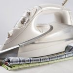 Как эффективно очистить утюг от нагара, пригоревшей ткани в домашних условиях?